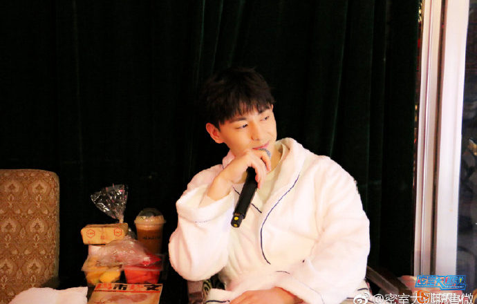 """Allen Deng Surprises Fans in Bathrobe While Filming Variety Show, """"Great Escape"""""""