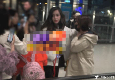 """Angelababy Tried to Stop a """"Substitute Photographer"""" from Attacking Her Fan at the Airport"""
