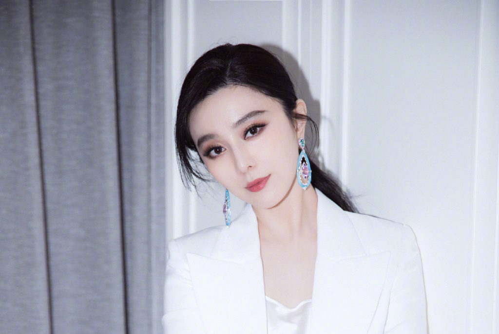Fan Bingbing Claps Back at Netizens After Ridiculing Outfit She Wore at a Fashion Show
