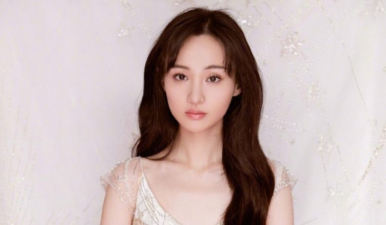 Fans Defend Zheng Shuang After Being Criticized for not Helping Fallen Woman Chasing After Her for Pictures