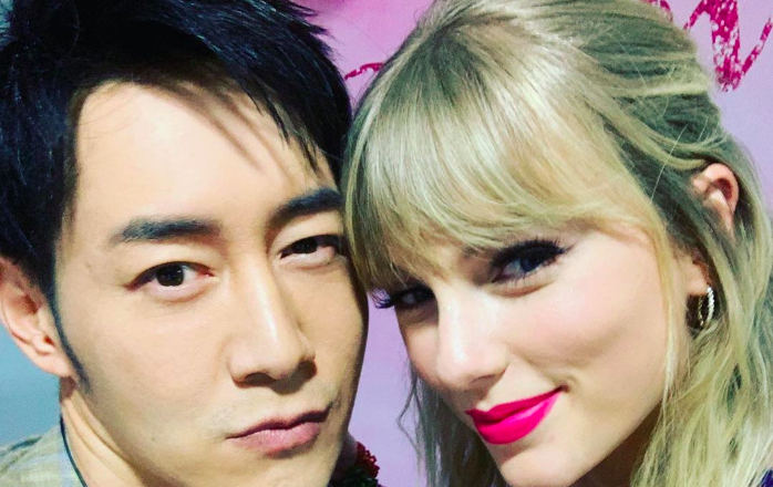 Host of Taylor Swift's Guangzhou Fan Meeting, Andy Chen, Apologizes After Fans Complain about His Alleged Unnecessary Physical Contact