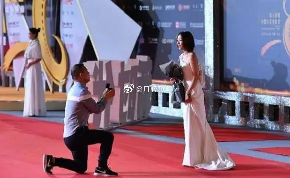 Rabid Fan Rushes on Stage and Grabs Wang Luodan's Hand Forcing Her to Accept His Marriage Proposal