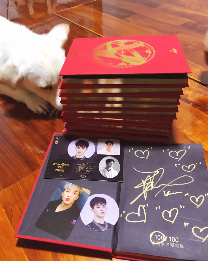 """WayV's Qian Kun Surprised When He Discovers the """"Fan"""" that Received His Specially Autographed Album"""