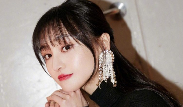 Zheng Shuang Shares Collection of 10 Years Worth of Fan Mail
